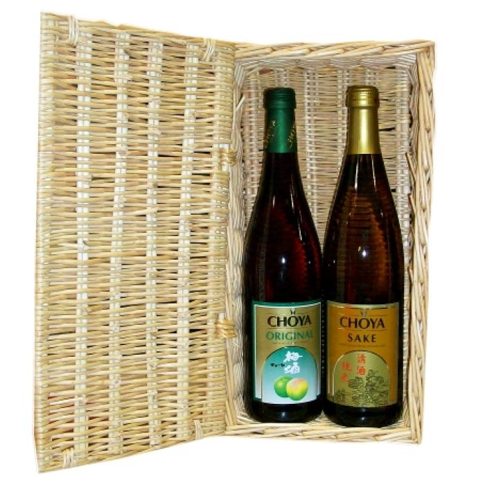 Japanischer Pflaumenwein und japanischer Sake im Präsentkorb